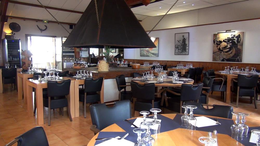 salle restaurant 150 personnes avec chemine centrale - Salle De Cuisine Traditionnelle